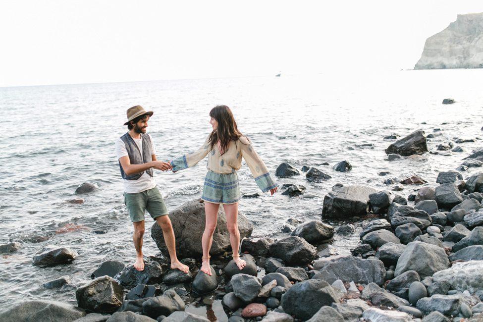 coupleshoot santorini red beach